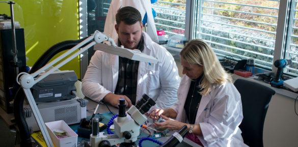 TILGJENGELIGGJØR IOT: Aril Schultzen og Sofia Trope i Telenor jobber med å gjøre IoT mer tilgjengelig for alle. Her avbildet på Telenors laboratorium for tingenes internett. (Foto: Telenor)